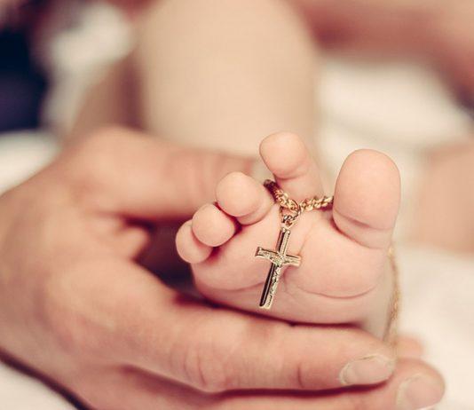Mit der Taufe wird das Kind in die christliche Gemeinschaft aufgenommen