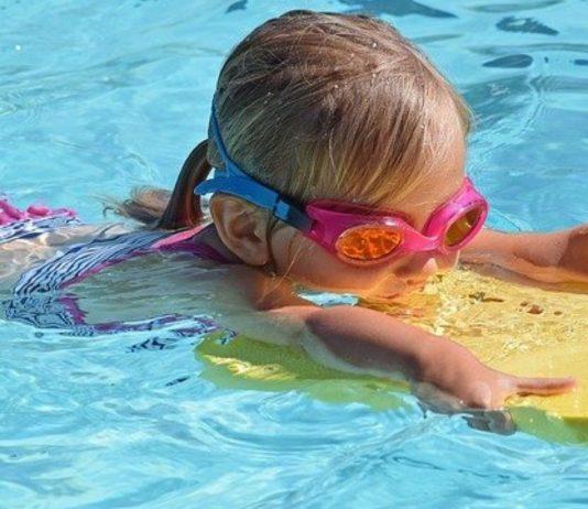 Im Wasser plantschen ist für Kinder im Sommer das Größte!