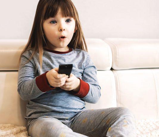 Alle Eltern sollten ihren Fernseher kindersicher machen.