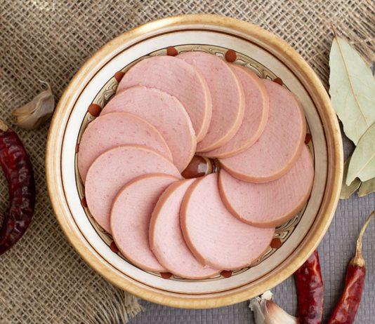 Wie auch andere Brühwürste darfst du Fleischwurst in der Schwangerschaft essen.