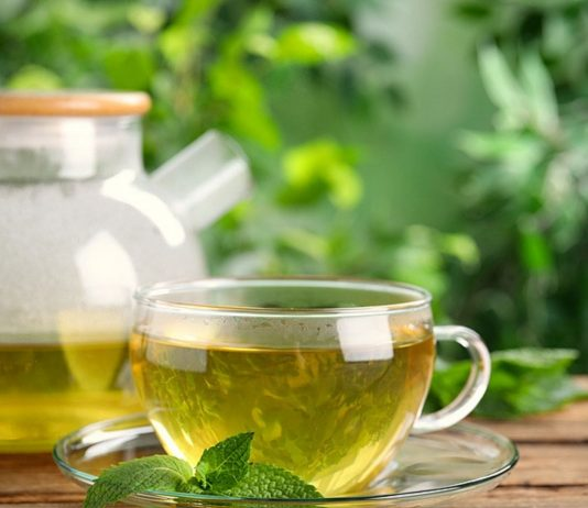Grüner Tee ist in der Schwangerschaft in kleinen Mengen unbedenklich.