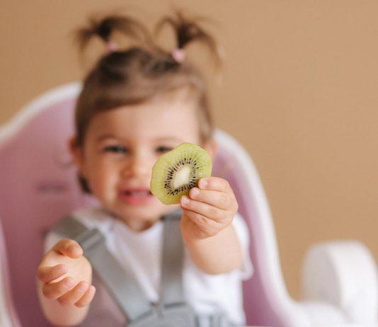Ab etwa sechs Monaten kann dein Baby Kiwi probieren.