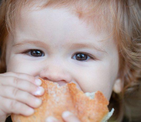 Das Brot mit Leberwurst fürs Baby ist ab dem ersten Geburtstag hin und wieder kein Problem.