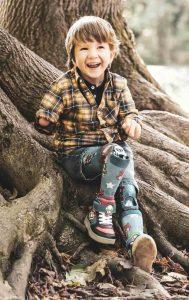 Nathanaels Beinprothesen verhelfen ihm zu mehr Normalität im Alltag.