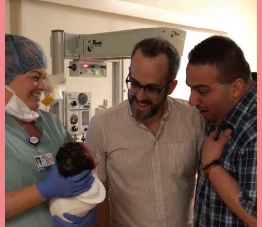 Das schwule Paar sieht seine Tochter zum ersten Mal