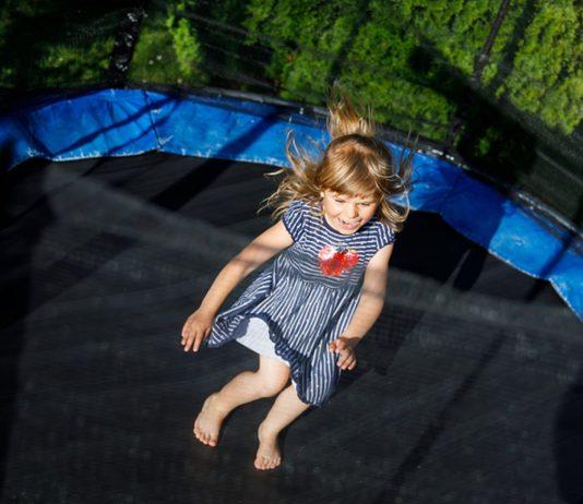 Wieso das Trampolin für Kleinkinder gefährlich sein kann, erklären wir im Beitrag!