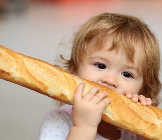 Grundsätzlich kannst du ab dem neunten Lebensmonat damit beginnen, deinem Baby Brot anzubieten..