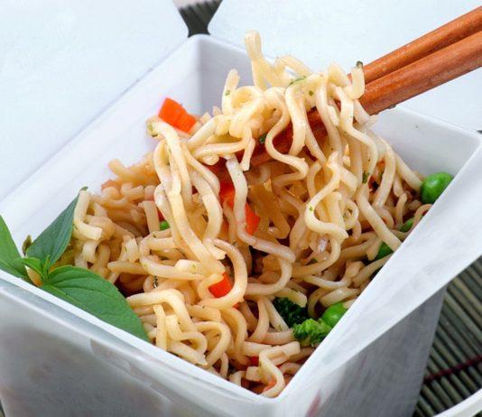 Chinesisches Essen ist in der Schwangerschaft erlaubt, allerdings enthält es oft viel Zucker, Salz und Fett.