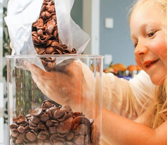 Die Kinder spielerisch miteinbeziehen: So wird die Ordnung im Küchenschrank zum Familienprojekt.