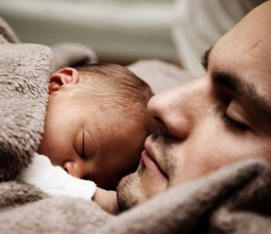 Darf der Papa seiner Familie das Neugeborene vorenthalten?
