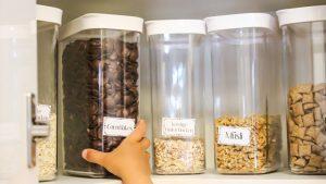 Organisierter Küchenschrank mit Vorratsdosen