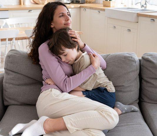 Eine innige Umarmung spendet deinem Kind Trost – und tut auch dir gut