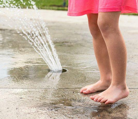 Eine Mutter warnt vor den gEfahren von Springbrunnen für Kinder.