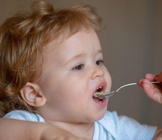 Ein Hersteller von Babynahrung warnt Eltern wegen eines Produktionsfehlers. Foto: Symbolbild Bigstock