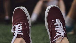 Elternabend: Schuhe mit Schnürsenkeln helfen euch, unsichtbar zu werden