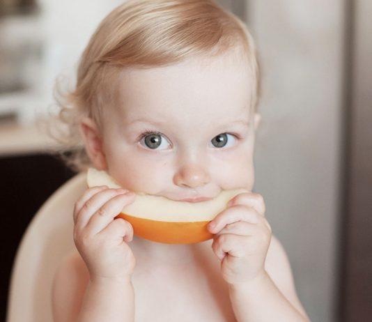 Honigmelone solltest du deinem Baby erst ab dem achten Monat geben.