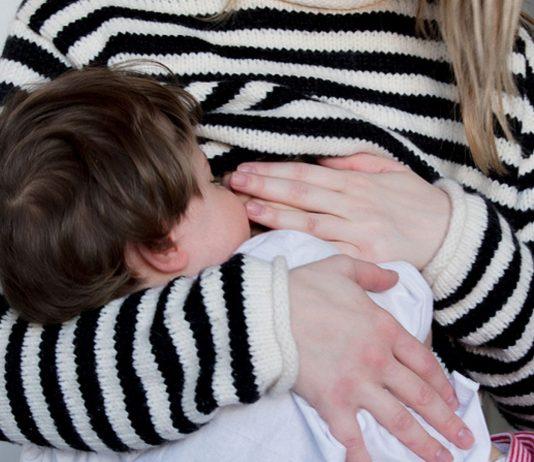 Ein Kleinkind an der Brust seiner Mutter – wieso bringt der Anblick so viele Betrachter auf die Palme?