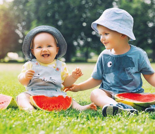 Wassermelone fürs Baby ist gesund, sollte aber erst ab dem 6. Monat angeboten werden.