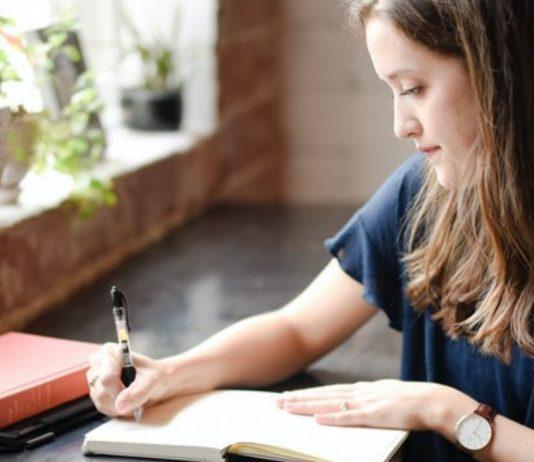 Lara schreibt regelmäßig Briefe an ihre Kinder.
