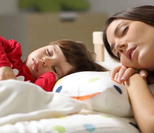 Viele Kinder schlafen besser ein, wenn sie dabei die Geborgenheit von Mama oder Papa spüren.
