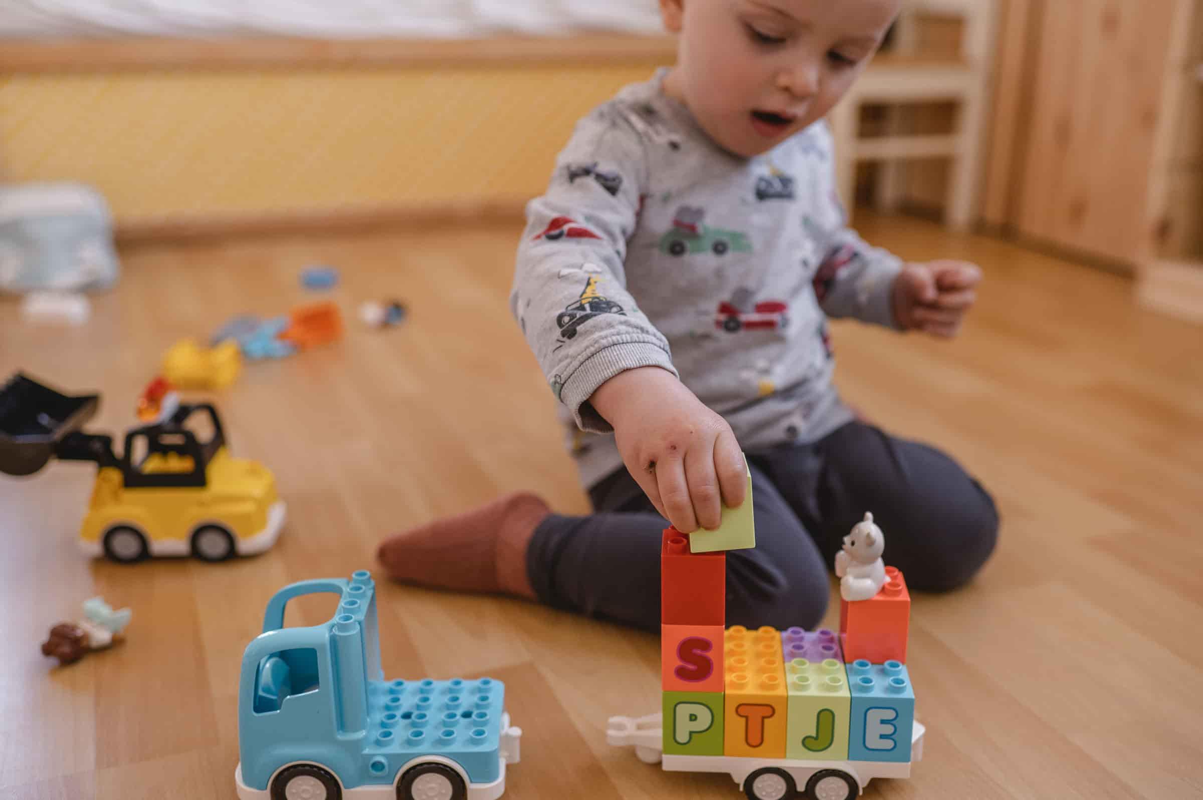 Sein auf Stein - früh übt sich mit dem ABC-Lastwagen von LEGO DUPLO.