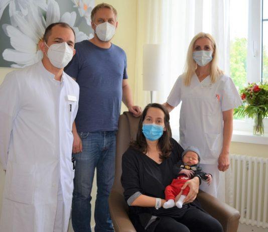 Jens Kemal ist da! Mit den Eltern Havva Elgay-Lecht (v.) und Steffen Lecht (2. v. l.) freuen sich Oberarzt Walter Hugo Penaranda Westreicher (l.) und Schwester Victoriya (r.).