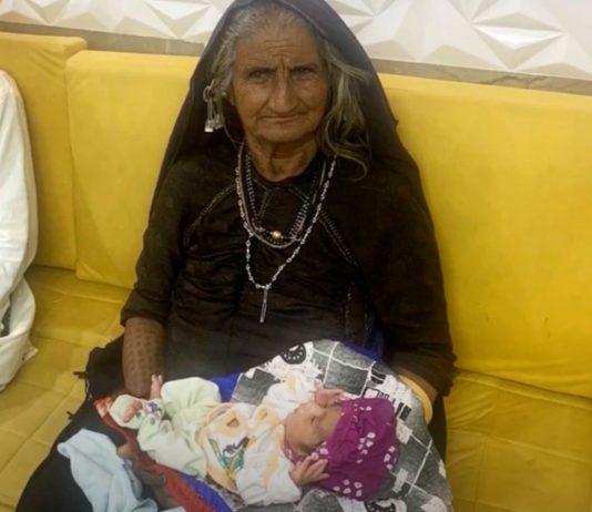 Die 70-jährige Jivunben Rabari ist zum ersten Mal Mutter geworden.