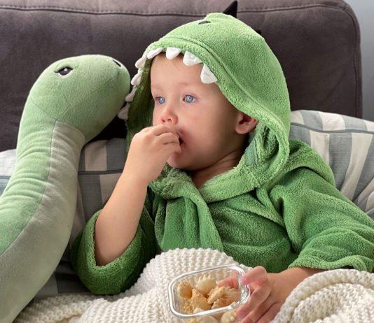 Wenn die Kleinen erkältet sind, ist eines ganz wichtig: Einkuscheln und Lieblingsfilm schauen – und Snacks nicht vergessen!